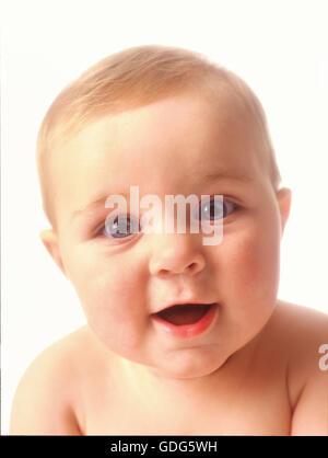 Ritratto di un bambino faccia con occhi blu su sfondo bianco Foto Stock