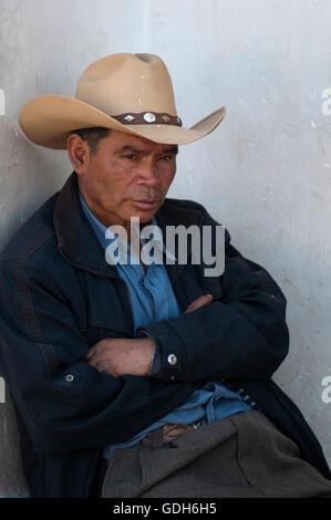 Uomo che indossa hat, braccia incrociate, San Francisco El Alto, Guatemala, America Centrale Foto Stock