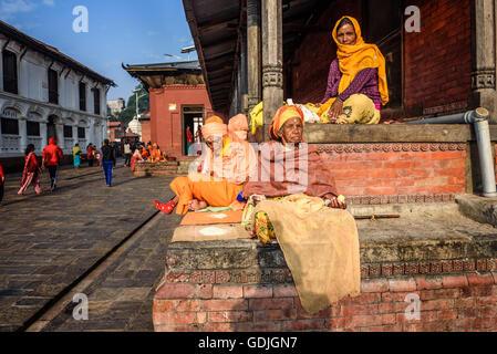 Vecchio donne mendicare al tempio di Pashupatinath complesso in Kathmandu Foto Stock