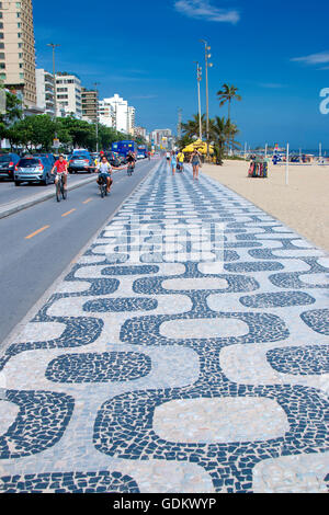 Il marciapiede in spiaggia di Ipanema a Rio de Janeiro Foto Stock