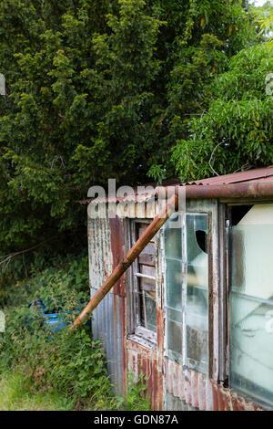 Dettaglio e scenario da un riparto locale con un vecchio malandato rotto capannone. Foto Stock