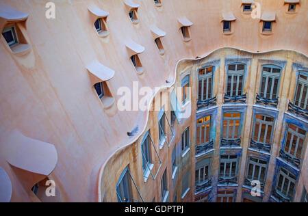 Vista del cortile interno, Casa Mila, La Pedrera, Barcellona, in Catalogna, Spagna Foto Stock