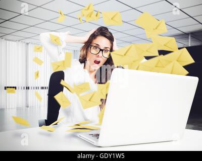 Disperazione e stress per le e-mail di spam Foto Stock