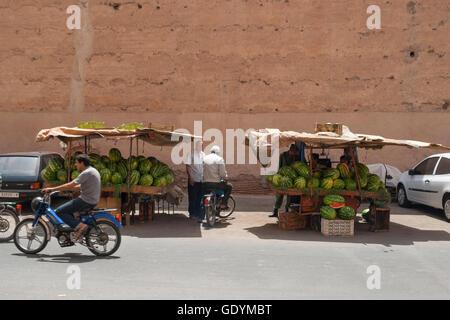 Vista della città di Marrakech, con gente che vende i cocomeri al mercato della frutta nelle strade Foto Stock