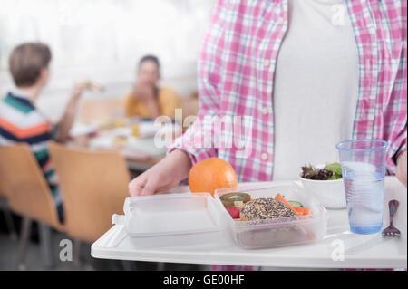 Sezione mediana di una studentessa universitaria con il pranzo in mensa, Baviera, Germania