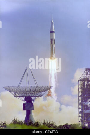 (Ottobre 11, 1968)l' Apollo 7 Saturn IB veicolo spaziale viene lanciato dal Kennedy Space Center Launch Complex 34 a 11:03 a.m. Ottobre 11, 1968. Una antenna di inseguimento è sulla sinistra e un tampone di struttura di servizio sulla destra. Immagine # : S68-48788 Foto Stock