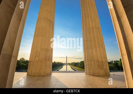 Washington DC presso la piscina riflettente e il Monumento a Washington visto dal Lincoln Memorial. Foto Stock