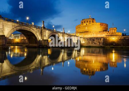 Roma. Immagine del castello di Santo Angelo e di Santo Angelo ponte sopra il fiume Tevere a Roma bynight. Foto Stock