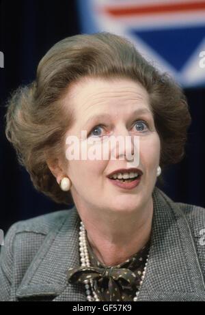 La signora Margaret Thatcher 1983 elezione generale conferenza stampa London REGNO UNITO degli anni ottanta. HOMER Foto Stock