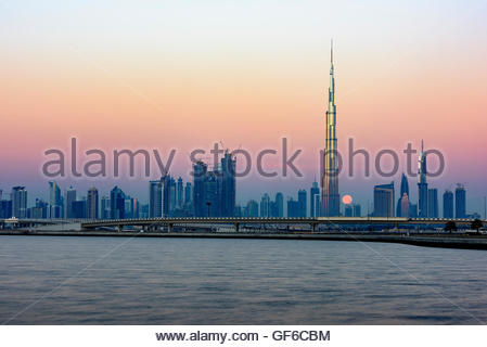 Luna passa dietro il Burj Khalifa, foto scattata la mattina presto da Al Jadaf Foto Stock