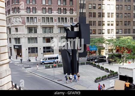 Una piazza con le sculture di Louise Nevelson è on Maiden Lane accanto alla Federal Reserve Bank di Lower Manhattan, Foto Stock