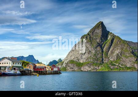 Montagna Olstinden visto da Reine, Lofoten in Norvegia Foto Stock