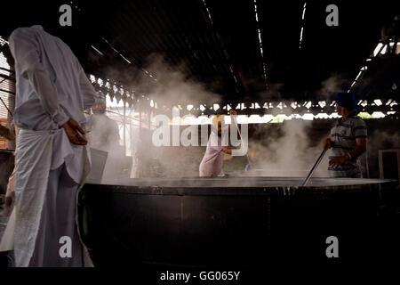 Amritsar Punjab, India. Il 12 maggio 2013. Immagine del file - Volontari di preparare il cibo per i fedeli e i pellegrini Foto Stock