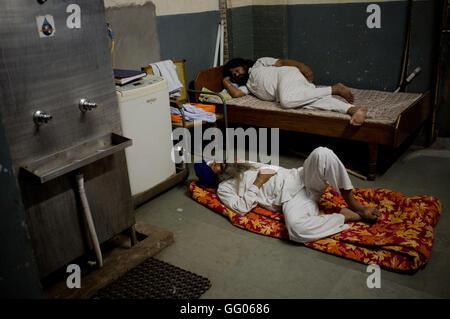 Amritsar Punjab, India. Il 12 maggio 2013. File immagine - due uomini dormire all'interno del tempio d'oro complesso Foto Stock