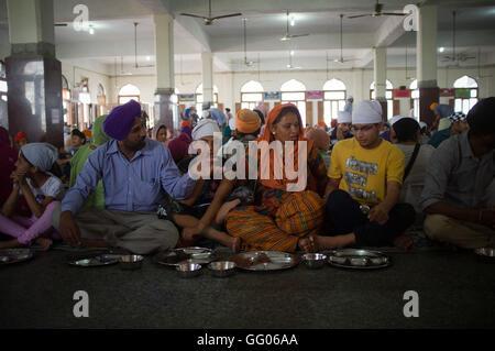 Amritsar Punjab, India. Il 12 maggio 2013. File immagine - famiglia Sikh pronto a mangiare presso il Tempio Dorato Foto Stock