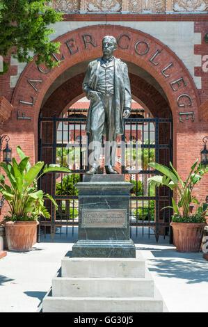 Statua di bronzo di Henry Morrison Flagler all'ingresso Flagler College di St. Augustine, Florida, Stati Uniti d'America. Foto Stock