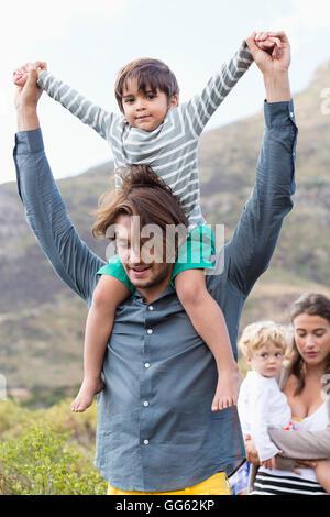 Famiglia passeggiate in Prato Foto Stock