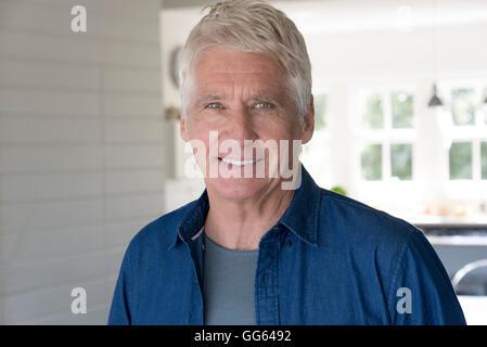 Ritratto di felice senior uomo sorridente a casa Foto Stock