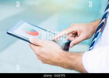 Imprenditore utilizzando una tavoletta digitale