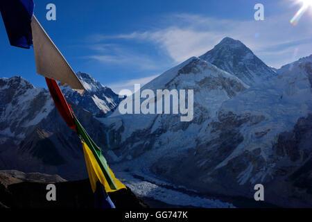 Il monte Everest picco, da Kala Patthar punto di vista con la preghiera Tibetain bandierine in alto punto Foto Stock