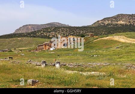Vista di antico anfiteatro vicino a Pamukkale Hierapolis, Turchia Foto Stock