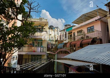 Strettamente distanziati edifici residenziali su Cheung Chau Isola, Hong Kong. Foto Stock