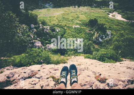 ... Piedi Selfie scarpe running Traveler rilassante sulla scogliera  montagne all aperto con vista aerea foresta d3535a997af