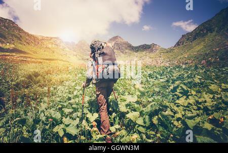Uomo di viaggiatori con zaino alpinismo viaggio concetto Lifestyle montagne sullo sfondo Estate viaggio vacanze Foto Stock