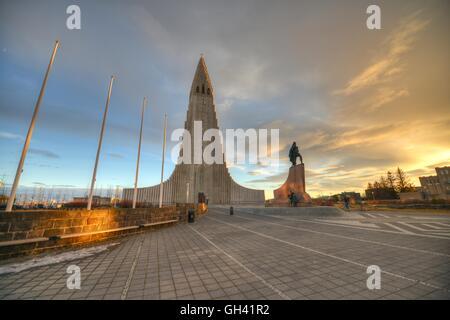 Chiesa Hallgrímskirkja al tramonto - Reykjavik, Islanda Foto Stock