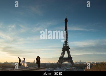 Fotografia di matrimonio presso il Palais de Chaillot con la torre Eiffel come sfondo, Parigi, Francia Foto Stock