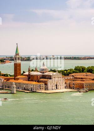 Vista aerea del bianco marmo istriana la facciata della chiesa di San Giorgio Maggiore, lo stesso nome dell'isola di Venezia.