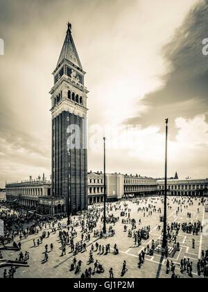 Vista dalla loggia o balcone di la Basilica di San Marco, del turista pranzo piazza sottostante e nelle vicinanze Foto Stock