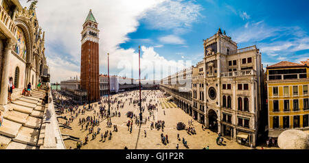 Vista panoramica di Piazza San Marco con il campanile e la Piazza San Marco in distanza. Venezia, Italia. Foto Stock