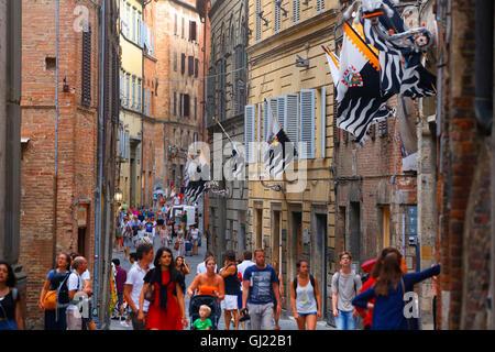 I pedoni a piedi lungo Via Montanini a Siena, Italia. Foto Stock