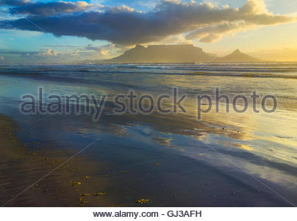 Vista della table mountain dalla spiaggia Bloubergstrand, Cape Town, Sud Africa Foto Stock
