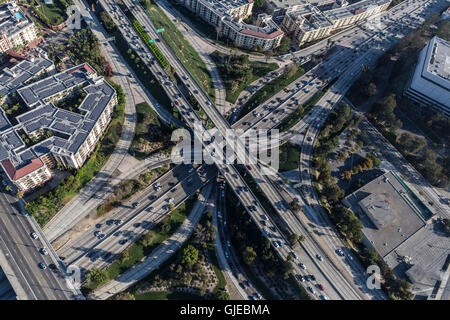 Vista aerea del centro cittadino di Los Angeles Harobr 110 e Hollywood 101 superstrade a quattro livelli di interscambio. Foto Stock