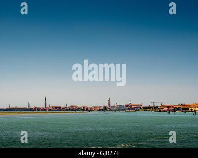 L isola di Venezia shot dalla laguna di Venezia, con il campanile di San Marco la Basilica nel centro Arsenale a sinistra. Foto Stock