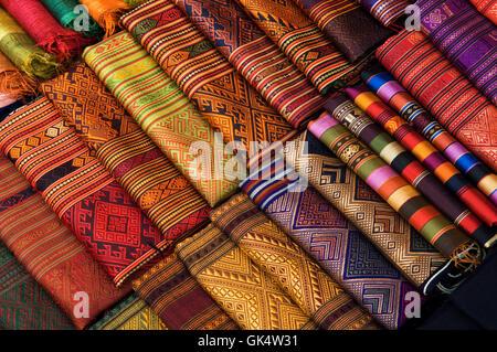 Louangphrabang, Laos --- colorati di seta laotiana sarong per la vendita al mercato notturno a Luang Prabang, Laos. Foto Stock