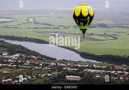 Regione di Ryazan, Russia - Agosto 17, 2016: una mongolfiera vola durante il cielo di Russia 2016 International Balloon Festival. Alexander Ryumin/TASS