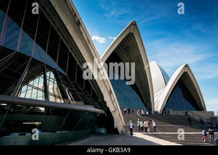 I turisti in visita a Sydney Opera House landmark dettaglio in australia sulla giornata di sole Foto Stock