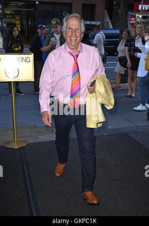 New York, NY, STATI UNITI D'AMERICA. Il 22 agosto, 2016. Henry Winkler fuori e circa per celebrità Candids - MON, New York, NY Agosto 22, 2016. Credito: Derek Storm/Everett raccolta/Alamy Live News