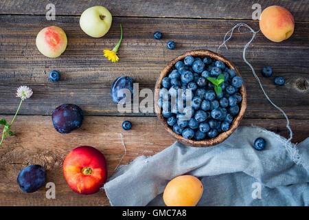 Frutta fresca su un tavolo di legno. Vista superiore Foto Stock