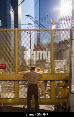 New York City, NY, Stati Uniti d'America - 24 novembre 2014. L'uomo rispettando i lavoratori del 9/11 memorial area. Foto Stock