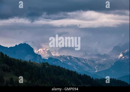 Le Dolomiti, Trentino, Italia settentrionale. La vista a est dal Passo di Valles, in una serata estiva Foto Stock