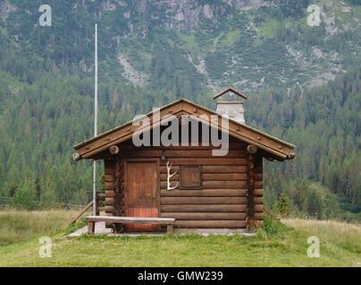 Le Dolomiti, Trentino, Italia settentrionale. Un solitario in legno baita di montagna al Passo San Pellegrino Foto Stock