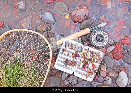 Pesca alla trota attrezzature, asta, aspo e mosche artificiali, su una piccola insenatura in Oregon. Foto Stock