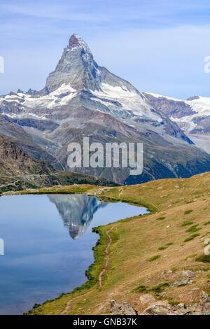 La punta del Cervino si riflette nel lago Stellisee Zermatt Cantone del Vallese Pennine Svizzera Europa Foto Stock