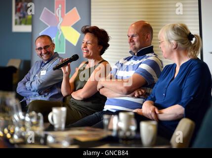 Gli oratori della prima ambulanza LGBT conferenza, Brighton. Dr Joanna Semlyen parlando Foto Stock