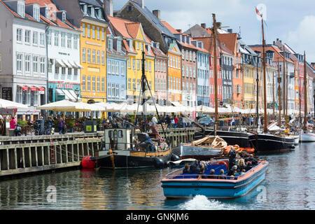 Barche a vela al famoso Nyhavn, xvii secolo waterfront canal e dal quartiere dei divertimenti di Copenaghen, Danimarca Foto Stock