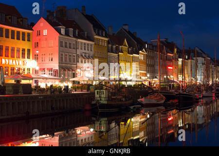 La vita notturna nel famoso Nyhavn, , il vecchio porto canale di Copenaghen su Zelanda, Danimarca Foto Stock